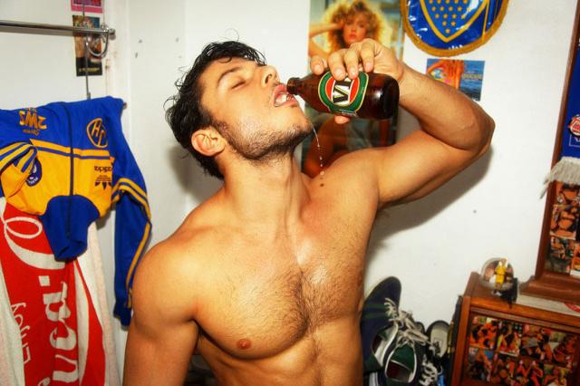 Birra e pantaloncini: il modello australiano diventa uno sportivo sexy