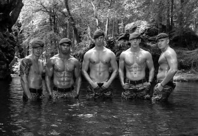 I soldati di Sua Maestà si spogliano per il calendario della Marina