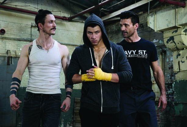 Nick Jonas sempre più macho nella serie tv Kingdom