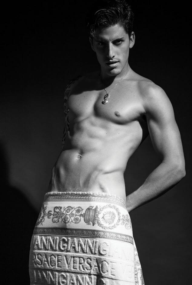 Didio immortala Danilo Borgato: il sensuale omaggio a Gianni Versace