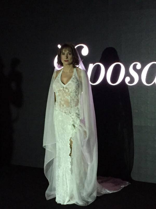 Luxuria sfila in abito bianco alla fiera del wedding. È polemica