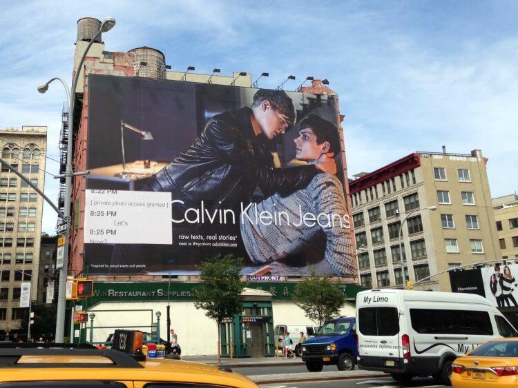 Calvin Klein: maxi cartellone pubblicitario con coppia gay a Manhattan