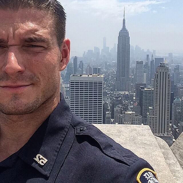Il poliziotto più forte di New York spopola su Instagram