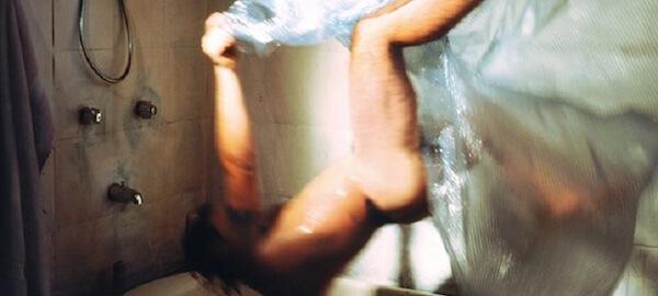 Un uomo che si butta nella vasca di schiena