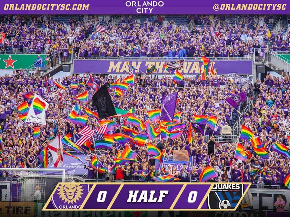 Orlando: lo stadio pieno di arcobaleni per omaggiare le vittime