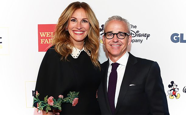 BEVERLY HILLS, CA - OCTOBER 21:  Honorary Co-Chair Julia Roberts (L) and honoree Jess Cagle attend the 2016 GLSEN Respect Awards - Los Angeles at the Beverly Wilshire Four Seasons Hotel on October 21, 2016 in Beverly Hills, California.  (Photo by Jonathan Leibson/Getty Images for GLSEN)