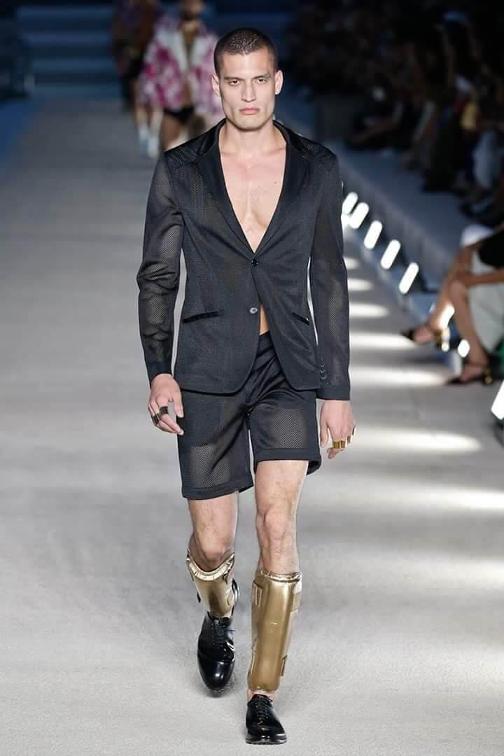 Moda uomo: sotto la giacca niente!
