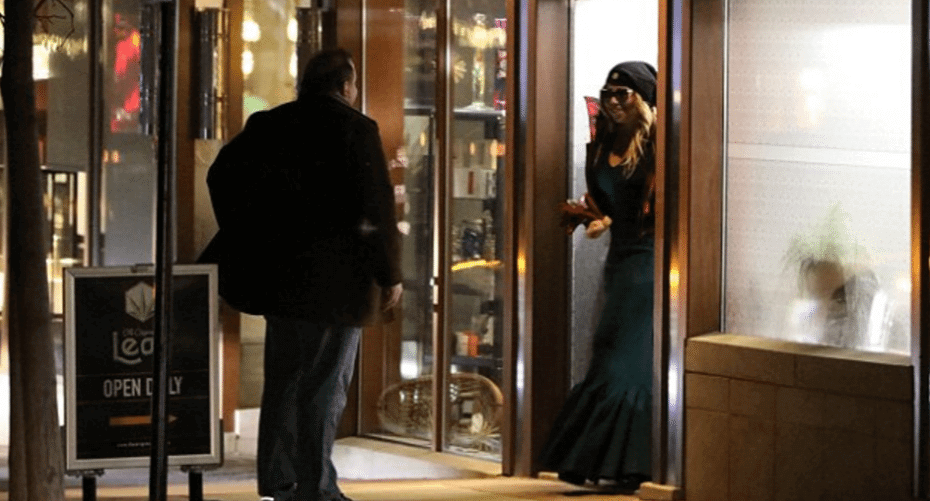 Mariah Carey in abito da sera e occhiali scuri al rivenditore di marjiuana la Vigilia di Natale