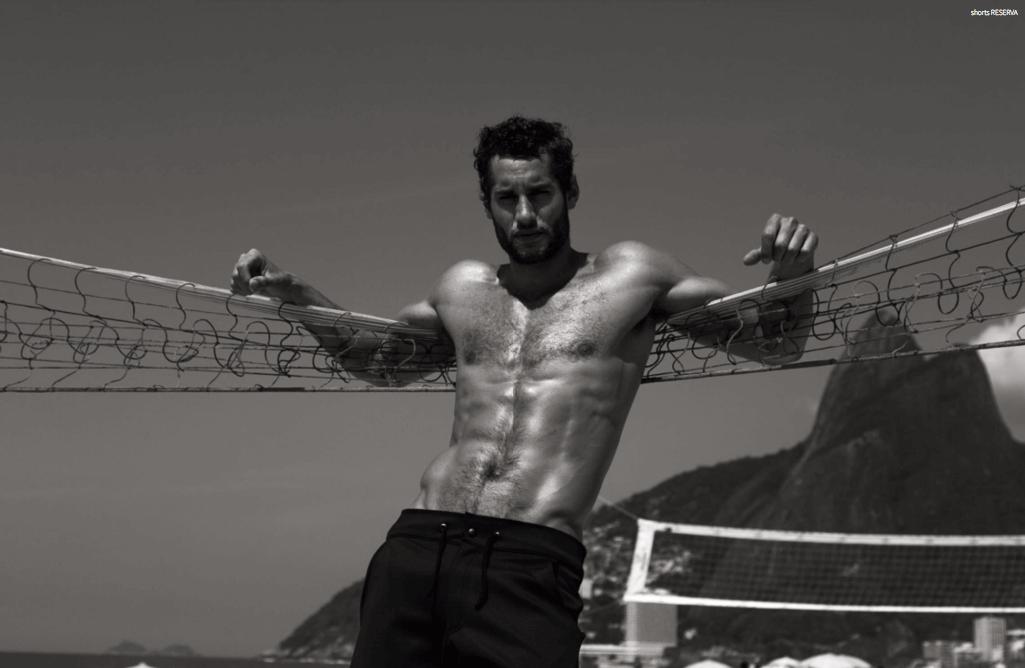 Franco Noriega da infarto in spiaggia per Victor Magazine