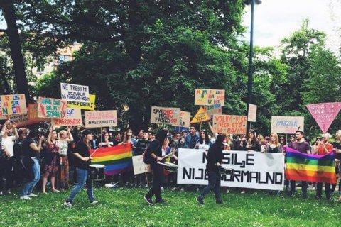 Giornata contro l'omofobia, i colori dell'arcobaleno illuminano le Porte Prætoriane