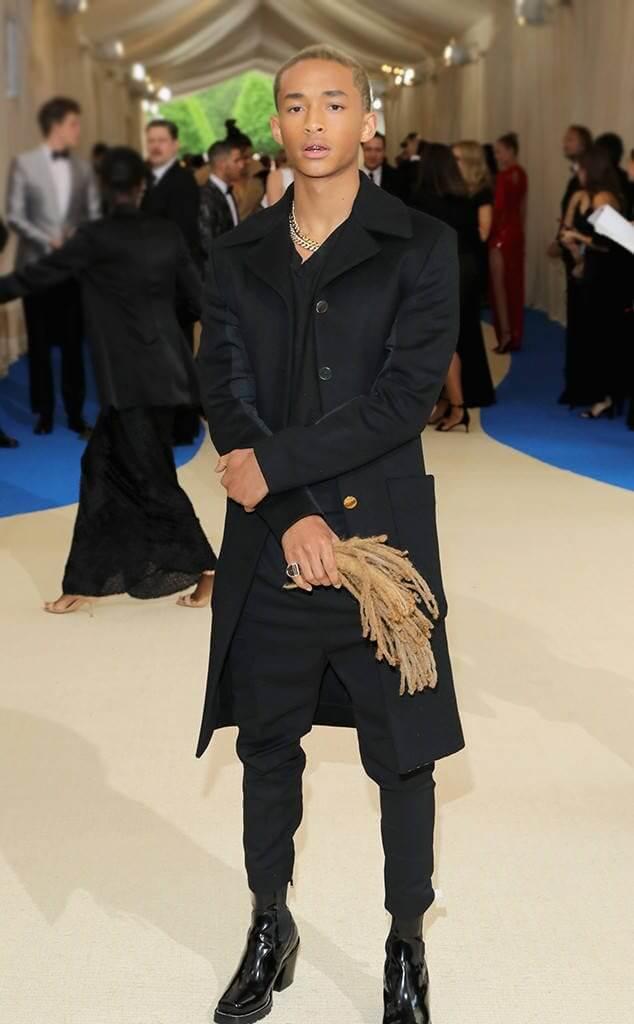 Jaden, il figlio di Will Smith, al Met Gala coi tacchi e i suoi vecchi capelli in mano