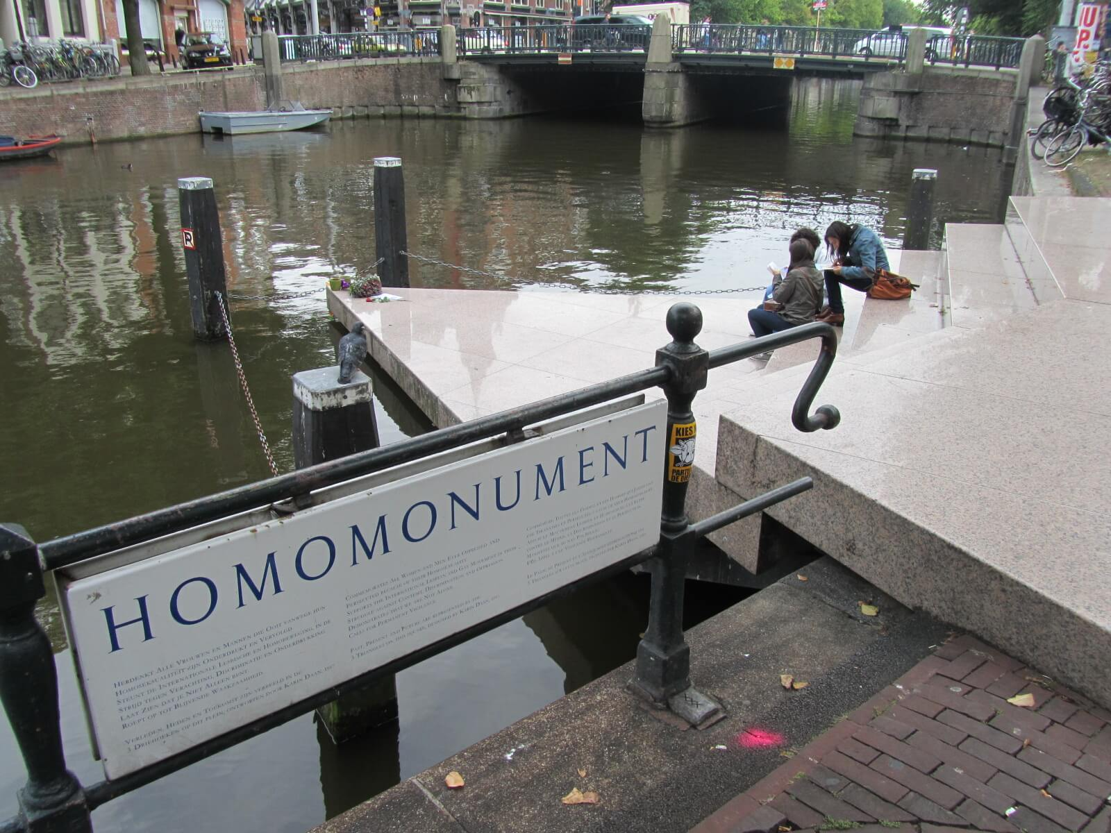 L'Homomonument (Credits: Wikimedia Commons)